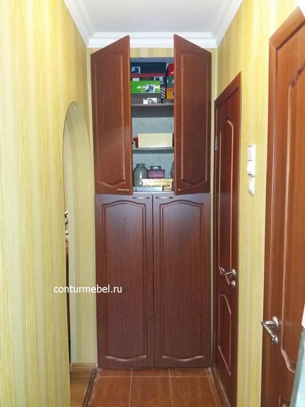 Шкаф разделен почти пополам, нет смысла делать вверху маленькие двери
