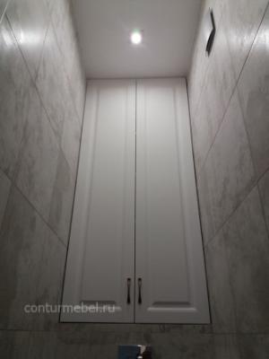 Встроенный шкаф в нише над инсталляцией