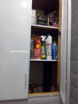 Установка дверей в проем над унитазом, двери накладные скрывают резанные края кафельной плитки