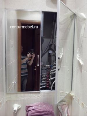 Двери из зеркала в алюминиевом профиле во всю ширину туалета, ручки хром.